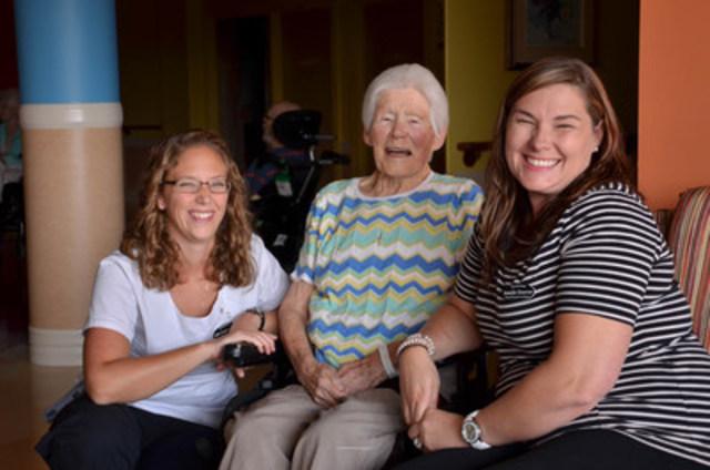 Les prestataires de soins Jennifer Donovan et Julie Coughran avec Anna, un résidant au York Care Centre à Fredericton, Nouveau-Brunswick. (Groupe CNW/Canadian Foundation for Healthcare Improvement)