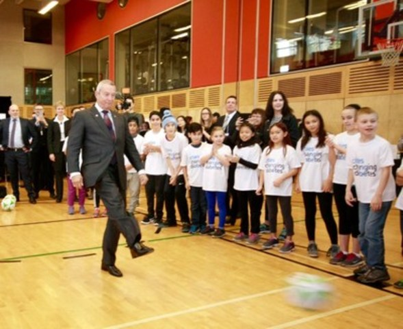 """The Hon. Peter Fassbender, Minister of Community, Sport and Cultural Development for BC """"kicks off"""" the Cities Changing Diabetes initiative in Vancouver. (CNW Group/City of Vancouver, Vancouver Coastal Health, Canadian Diabetes Associaton, Simon Fraser University, Novo Nordisk Canada Inc.)"""