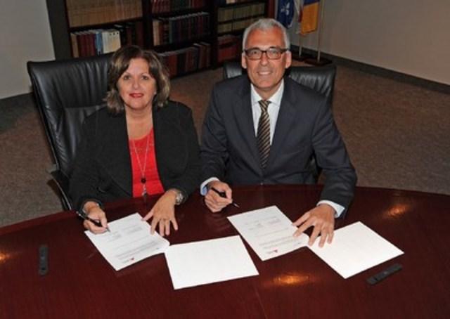 Le Port de Montréal et le Port d'Anvers renouvellent leur entente de coopération : Mme Sylvie Vachon, présidente-directrice générale de l'Administration portuaire de Montréal (APM), et M. Luc Arnouts, directeur commercial et membre du conseil d'administration du Port d'Anvers (Groupe CNW/PORT DE MONTREAL)