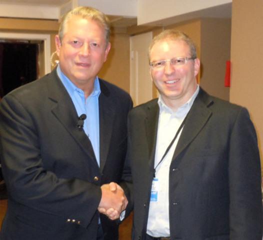 L'ancien vice-président des États-Unis Al Gore en compagnie de Karel Mayrand, directeur général de la Fondation David Suzuki pour le Québec et porte-parole francophone de l'événement mondial 24 heures de réalité, le 15 septembre 2011 (Groupe CNW/Fondation David Suzuki)