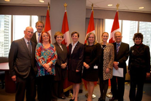 Dans cette photo : L'honorable Dre K. Kellie Leitch, ministre du Travail et ministre de la Condition féminine, accompagnée des members du conseil consultatif chargé de promouvoir la participation des femmes aux conseils d'administration. (Groupe CNW/Condition féminine Canada)