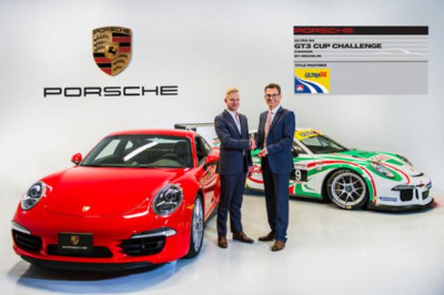 Alexander Pollich, Président et chef de direction de Porsche Cars Canada, Ltd. remet la clé d'une 911 Carrera 4S à Chris Green, vainqueur du championnat 2015 de la série Ultra 94 GT3 Cup Challenge Canada par Michelin, le 15 octobre 2015 (Groupe CNW/Automobiles Porsche Canada)