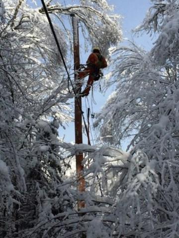 Un monteur de lignes au travail à Stoneham. (Groupe CNW/Hydro-Québec)
