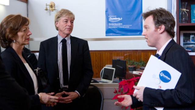 De gauche à droite : madame Brigitte Ayrault, conjointe du premier ministre de France, monsieur Claude Blanchet, conjoint de la première ministre du Québec, et monsieur Jonathan Maheu, directeur général du Réseau Accorderie. (Groupe CNW/Réseau Accorderie)