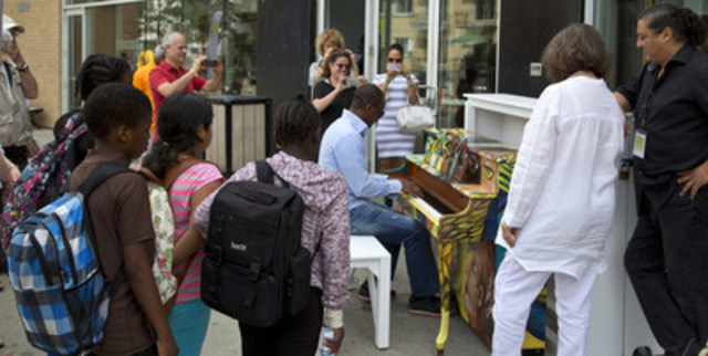 Un piano libre a été inauguré sur le parvis de la Maison culturelle et communautaire à l'occasion du 10e anniversaire de la maison. (Groupe CNW/Arrondissement de Montréal-Nord (Ville de Montréal))