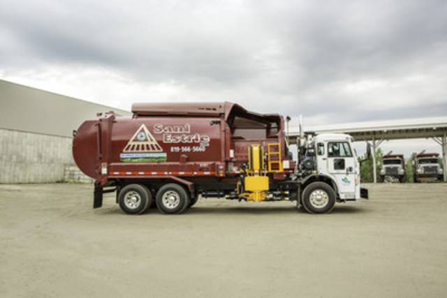 A new Sani-Estrie dump truck powered exclusively by compressed natural gas (CNG) : a fuel that's not only cheaper, but also more environmentally friendly. (CNW Group/Gaz Métro)