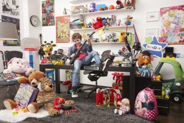 """Toys""""R""""Us Canada embauche Émile Burbidge, âgé de 12 ans et vivant à Saint-Bruno (Québec), à titre de nouveau président-divertissement général (PDG). Dans son nouveau rôle Émile jouera avec les nouveaux jouets, jeux et gadgets les plus populaires de Toys""""R""""Us, et partagera ses recommandations à l'intention des parents et de ceux qui magasinent pour l'achat d'un cadeau. (Groupe CNW/Toys """"R"""" Us (Canada) Ltd.)"""