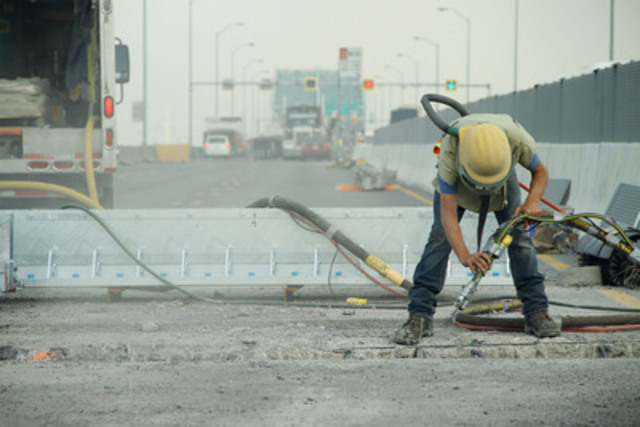 Second weekend of the 2012 BLITZ on the Champlain Bridge. A worker air blasts the reinforcing steel that will house the new expansion joint (shown in the background), which will be installed in the next few hours. (CNW Group/The Jacques Cartier and Champlain Bridges Incorporated)