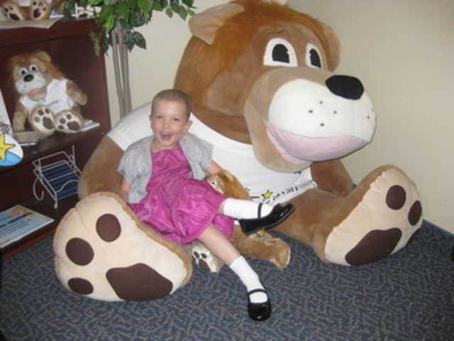 Wish child Megan and Roary the lion (CNW Group/The Children's Wish Foundation of Canada)