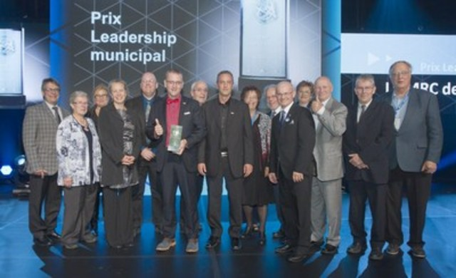 Remise du prix Leadership municipal par M. Richard Lehoux à M. Yvon Soucy et la MRC de Kamouraska pour le projet Enseigner le Kamouraska. (Groupe CNW/Fédération québécoise des municipalités)
