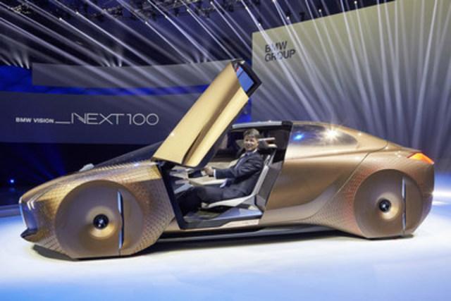 LES 100 PROCHAINES ANNÉES DE BMW GROUP. Événement du centenaire au Olympiahalle de Munich le 7 mars 2016. Harald Krüger, président du Conseil d'administration de BMW AG, et la BMW VISION NEXT 100. (Groupe CNW/BMW Canada Inc.)