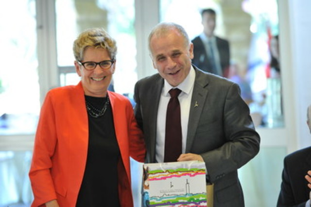 Premier Kathleen Wynne and Professor Asher Cohen from The Hebrew University of Jerusalem (CNW Group/Canadian Friends of the Hebrew University of Jerusalem)