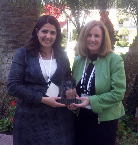 Rose Ann Radosevic (g) et Jane Holden, d'Inforoute Santé du Canada, avec le prix Project Management Office of the Year du Project Management Institute, décerné à Inforoute Santé du Canada le 11 novembre, 2013 à San Diego, Californie. (Groupe CNW/Inforoute Santé du Canada)