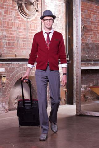 Les agents de bord d'Air Canada rouge présentent les vêtements qu'ils revêtiront à bord du transporteur aérien pour s'envoler à compter du 1er juillet. Les uniformes au style décontracté et élégant des agents de bord et la formation spécialisée en service à la clientèle font partie intégrante de la promesse du transporteur d'assurer la meilleure expérience de voyage aux passagers à bord. Le dévoilement du nouveau look a eu lieu le lundi 17 mai au tout nouveau magasin de chaussures John Fluevog qui a ouvert ses portes dans le quartier historique de la distillerie (Distillery District) à Toronto. (Groupe CNW/Air Canada rouge)