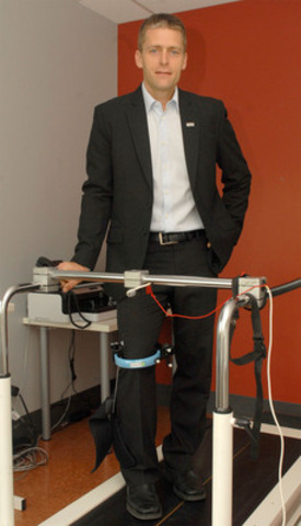 Dr. Pascal André Vendittoli, orthopedic surgeon at the HMR and Research Director in the Orthopedic Division at the University of Montreal with the KneeKG(TM), newly acquired by Maisonneuve-Rosemont Hospital (CNW Group/HOPITAL MAISONNEUVE-ROSEMONT)