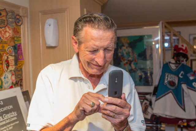 Walter Gretzky uses the Doro PhoneEasy to share photos quickly and easily with his family and friends. (CNW Group/Doro)