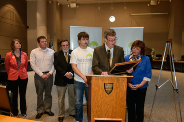Ottawa Mayor Jim Watson proclaims Parachute's Safe Kids week, with from left, Parachute President and CEO, Louise Logan, Counc. Steve Desroches, Bob Linney, Tyler Lisacek, and Coun. Jan Harder. (CNW Group/Parachute)