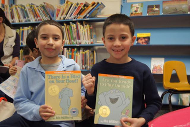 Deux jeunes lecteurs heureux. (Groupe CNW/Domtar Corporation)