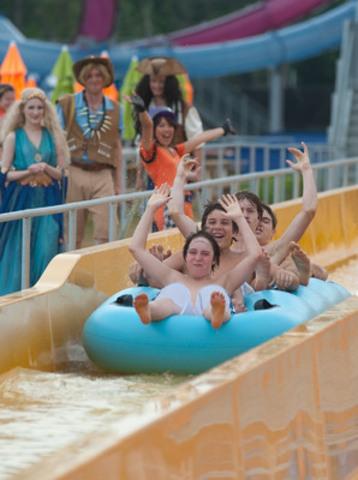 Des enfants qui s'amusent dans la glissade haute vitesse Toboggan Alley, une exclusivité à Calypso. (Groupe CNW/Parc Calypso)