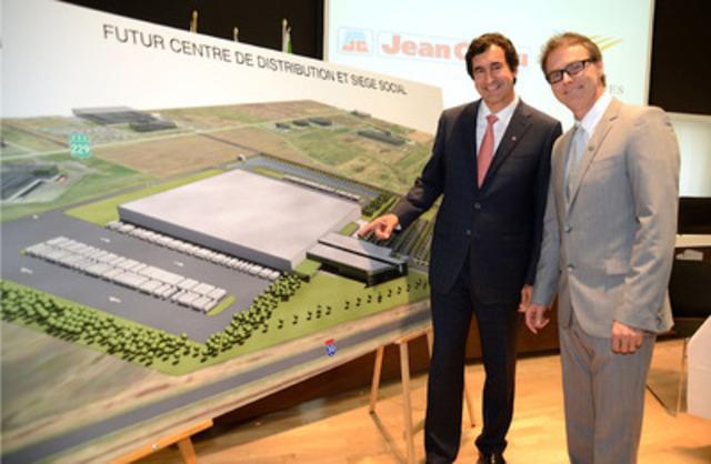 M. François J. Coutu, président et chef de la direction du Groupe Jean Coutu (PJC) inc. et M. Martin Damphousse, maire de Varennes. (Groupe CNW/VILLE DE VARENNES)