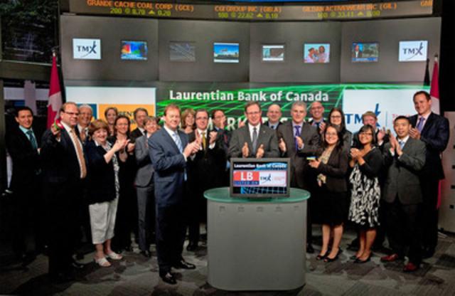 Le président et chef de la direction de la Banque Laurentienne, M. Réjean Robitaille, les membres du comité de direction de la Banque ainsi qu'un groupe d'employés ont célébré le 165e anniversaire de la Banque en prenant part à l'ouverture quotidienne des marchés de la Bourse de Toronto (TSX) aujourd'hui (Groupe CNW/BANQUE LAURENTIENNE DU CANADA)