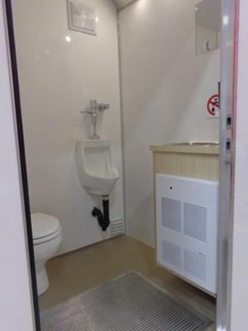La toilette est aeree, chauffee, eclairee en plus d''offrir l''eau courante afin de repondre à tous les besoins d''hygiène des utilisateurs. (Groupe CNW/RG Solution inc.)