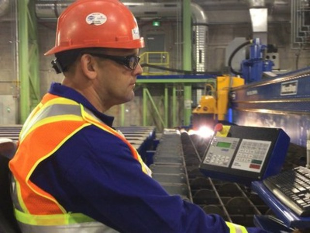 Halifax Shipyard worker cuts components for the first AOPS ship using state-of-the-art plasma cutter (CNW Group/J.D. Irving, Limited)