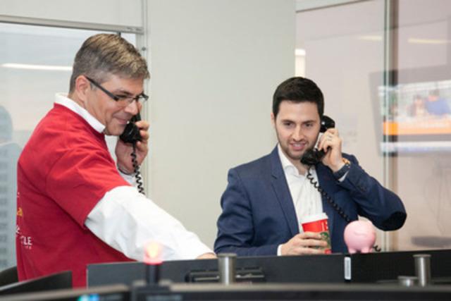 Alexandre Bilodeau, skieur acrobatique canadien et médaillé d'or, prend des appels de clients dans la salle des marchés de la Banque CIBC, à Montréal, en vue de recueillir des millions de dollars pour des organismes d'aide à l'enfance. (Groupe CNW/Banque Canadienne Impériale de Commerce)