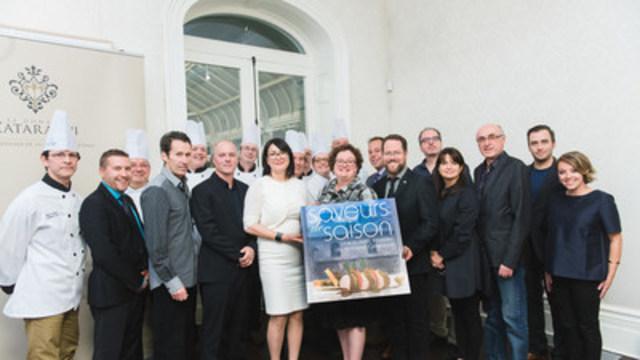 Tous les partenaires et les personnes qui ont contribué au nouveau livre Saveurs de saisons, lors de son lancement qui s'est déroulé le 21 octobre au domaine Cataraqui, à Québec. (Groupe CNW/Commission de la capitale nationale du Québec (CCNQ))