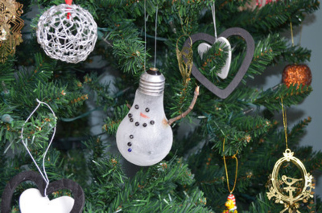 Recycle old incandescent light bulbs into snowman ornaments! Toronto Hydro shows you how. (CNW Group/Toronto Hydro Corporation)