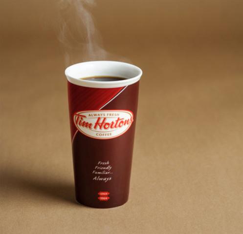 Tim Hortons lève un café aux amateurs de café canadiens pour la Journée nationale du café (Groupe CNW/Tim Hortons Inc.)
