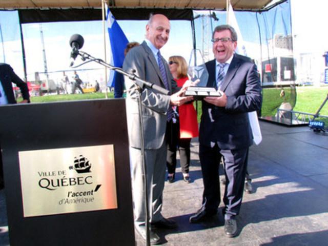 Régis Labeaume, maire de Québec, recevant le Trophée de la modération des mains d'Hubert Sacy, directeur général d'Éduc'alcool. (Groupe CNW/Éduc'alcool)