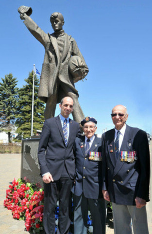 Minister Steven Blaney Joined the naval community of Québec City in remembering the Battle of the Atlantic. Each year, on the first Sunday of May, members and Veterans of the Royal Canadian Navy commemorate this historic Second World War battle. L-R: Minister Blaney, Roland Lemieux and Paul de Villers, two Veterans of the Canadian Merchant Navy, before the Monument to Merchant Mariners. (CNW Group/Veterans Affairs Canada)