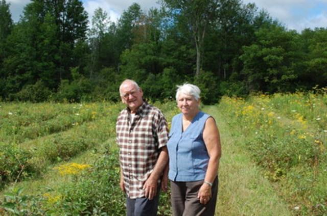 Ray et Marlene Beauregard, « Green Leaders » de Forêts Ontario, sur leur propriété du canton de Stormont (Ontario). (Groupe CNW/Forests Ontario)