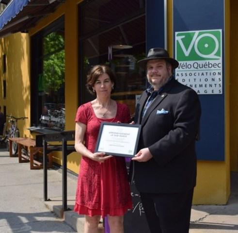 Suzanne Lareau, présidente-directrice-générale de Vélo Québec, et Benoit Dorais, lors de la remise de la certification découlant du Mouvement vélosympathique, à la Maison des cyclistes. (Groupe CNW/Ville de Montréal - Arrondissement du Sud-Ouest)