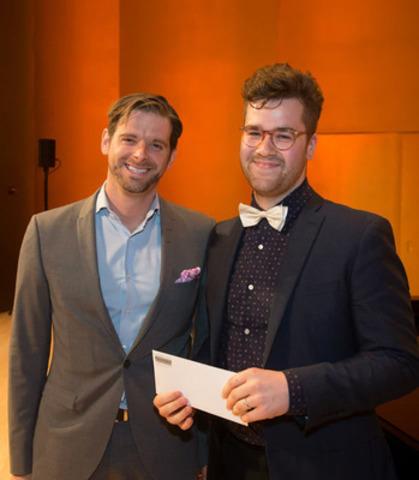 Maxime Dupont-Demers, directeur communication d'entreprise, Financière Sun Life remettant des bourses pour engagement social à Martin Blais. (Groupe CNW/Conservatoire de musique et d'art dramatique du Québec)