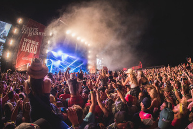 Fans enjoying a performance on the main stage at the 2015 Boots and Hearts Music Festival. Tim McGraw and Dierks Bentley will be headlining the 2016 festival taking place August 4th - 7th at Burl's Creek Event Grounds. Tickets on-sale at www.bootsandhearts.com (CNW Group/Republic Live)