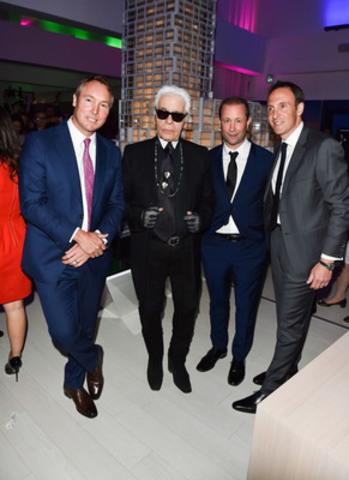 Karl Lagerfeld entouré des partenaires du projet Art Shoppe Lofts + Condos à Toronto, au Canada, le 1er avril 2015.  (Groupe CNW/Art Shoppe Lofts + Condos)