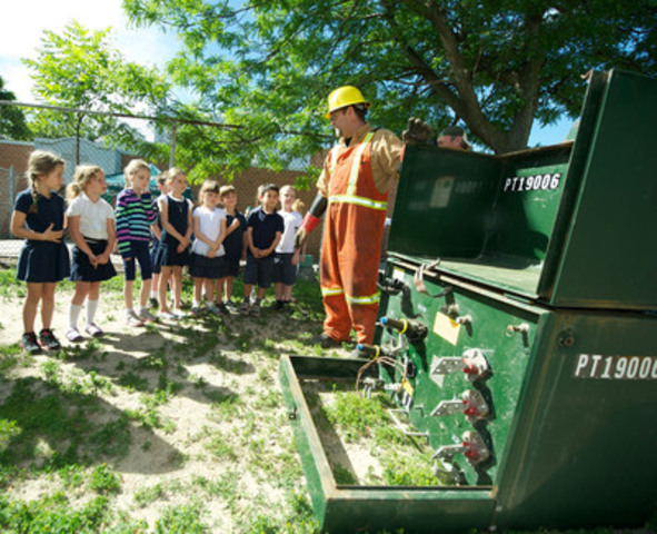 Last week, Toronto Hydro's Sean Doyle showed the inside of a transformer box to first graders from St. Pius X Catholic School. (CNW Group/Toronto Hydro Corporation)
