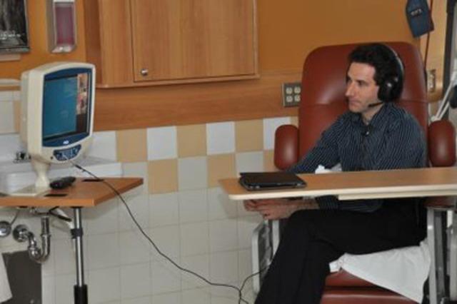 Dr. Damien Bélisle en communication avec le Dr. Richard Turcot (Groupe CNW/CBCI TELECOM)