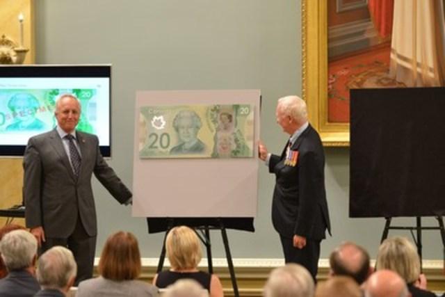Son Excellence le très honorable David Johnston, gouverneur général du Canada (à droite), et Richard Wall, chef du département de la Monnaie de la Banque du Canada (à gauche), sont photographiés avec le billet commémoratif de 20 $ visant à souligner le règne historique de la reine Elizabeth II. (Groupe CNW/Banque du Canada)