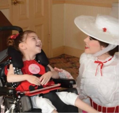 Madelyn, 6 ans, lors de son rêve à Disney, en compagnie de Mary Poppins, son personnage préféré. (Groupe CNW/La Fondation Rêves d'enfants)