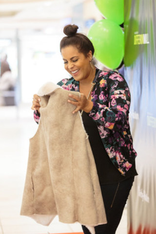Shopper excited about her new Fall fashion finds (CNW Group/Dufferin Mall)