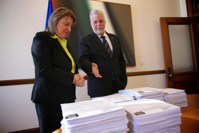 Martine Hébert, vice-présidente principale de la FCEI, remet au premier ministre, monsieur Philippe Couillard, les 7 479 documents signés par les propriétaires de PME du Québec pour appuyer le retour à l'équilibre budgétaire.  (Groupe CNW/Fédération canadienne de l'entreprise indépendante)