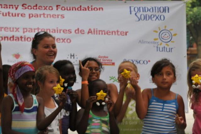 Les jeunes campeurs dégustent une collation dans le cadre du programme Alimenter le futur de Sodexo Canada. (Groupe CNW/Sodexo Canada)