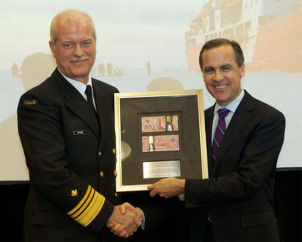Marc Grégoire, commissaire de la Garde côtière canadienne, et Mark Carney, gouverneur de la Banque du Canada, à la cérémonie du lancement officiel du nouveau billet canadien de 50 $ en polymère. (Groupe CNW/Banque du Canada)