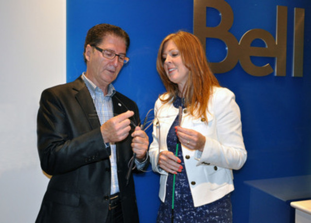 From left to right, Luc Vandal, Sales Manager, East of Québec and Dominique Trudel, VP. Customer Care & Community, Québec & Ontario, holding a strand of fibre like the one installed in the new Bell Aliant network. (CNW Group/Bell Aliant Inc.)
