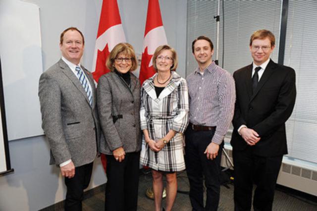 (De gauche à droite) Colin Carrie, Shirlee Sharkey (PDG, Saint Elizabeth Health Care), Patricia Clark (DG nationale, Coalition d'une vie active pour les aînés), Drew Maginn (gestionnaire divisionnaire, ASEPO) et Chris Markham (PDG, ASEPO), réunis à Toronto pour annoncer le financement de trois projets de modes de vie sains. (Groupe CNW/Agence de la santé publique du Canada)