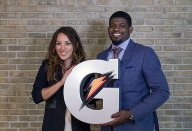 Claudia Calderon (à gauche), directrice du Marketing, Gatorade Canada, souhaite la Bienvenue à P.K. Subban (à droite) au sein de l'équipe Gatorade en lui remettant un logo Gatorade commémoratif. (Groupe CNW/PepsiCo Beverages Canada)
