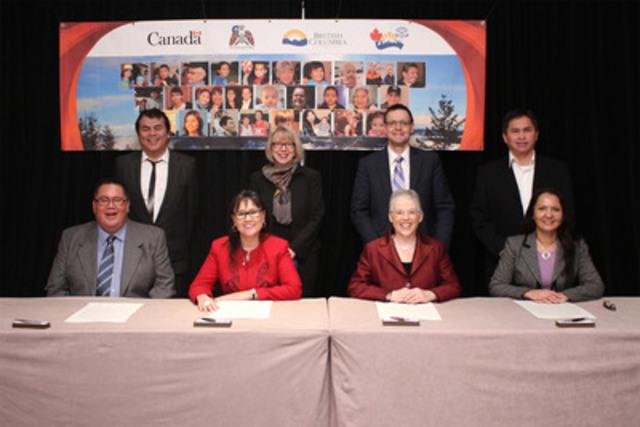 [En bas de G à D] Le grand chef Doug Kelly, président du Conseil de la santé des Premières nations, Leona Aglukkaq, ministre fédérale de la Santé, Margaret MacDiarmid, ministre de la Santé de la C.-B. et Lydia Hwitsum, présidente de l'Autorité sanitaire des Premières nations, sont accompagnés de témoins lors de la signature de l'Accord de partenariat en matière de santé. (Groupe CNW/Santé Canada)